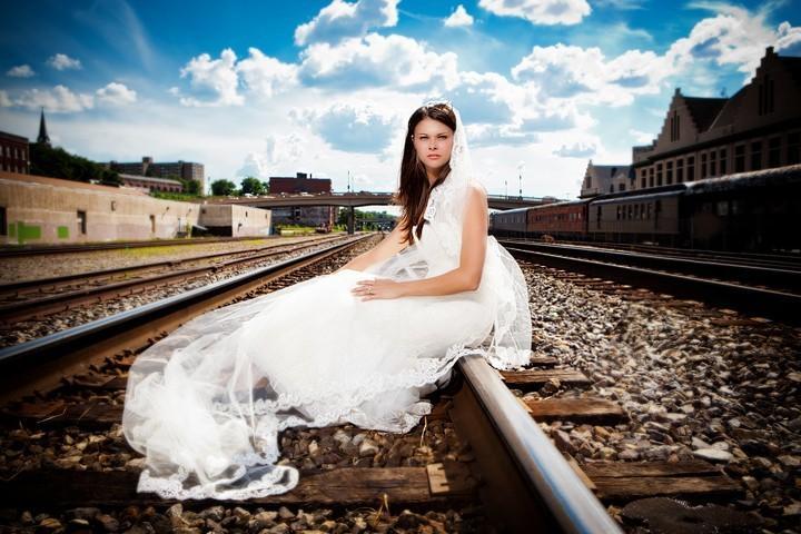 Свадебная фотосессия на железной дороге