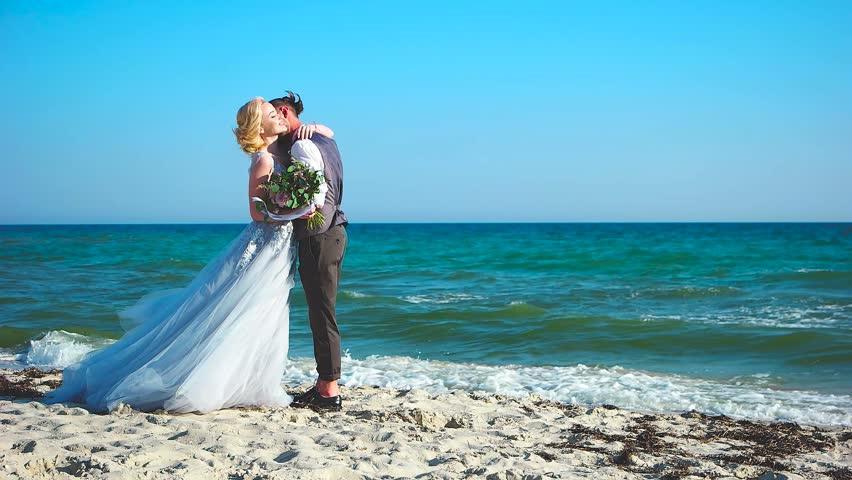 Свадебная фотосессия на берегу моря