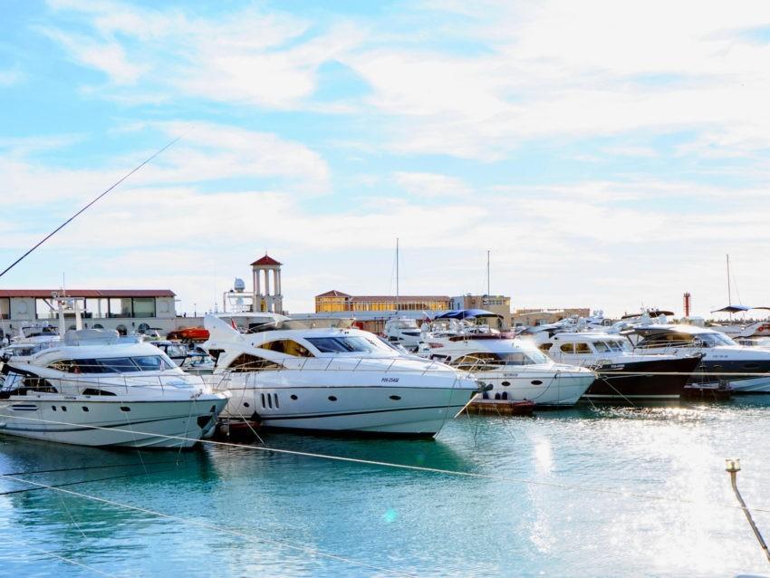 Яхты в морском порту Сочи