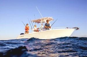 Рыбаки ловят рыбу с катера