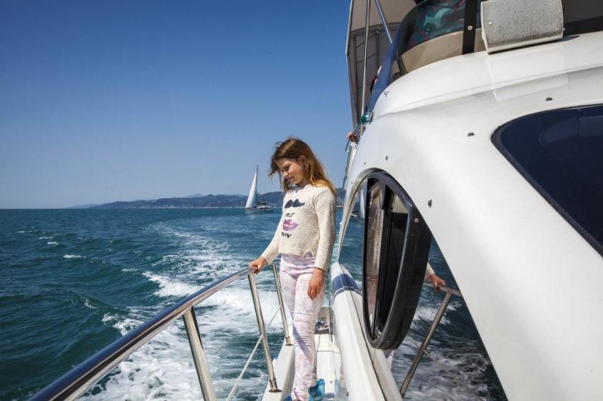 Девочка на яхте