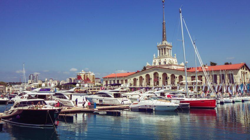 Яхты на морском вокзале Сочи
