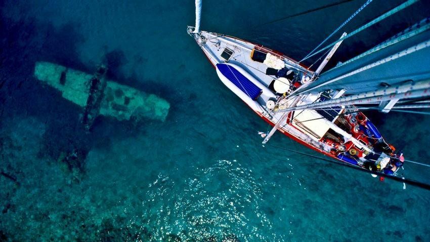 Затонувший корабль и яхта