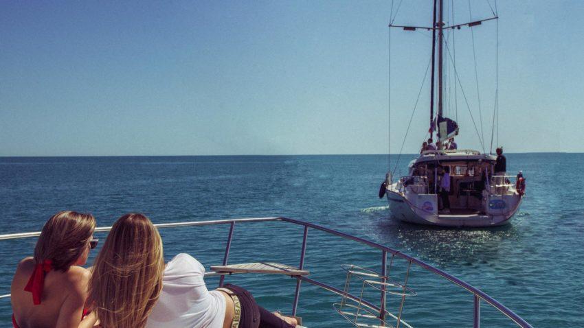 Парусная яхта девушки