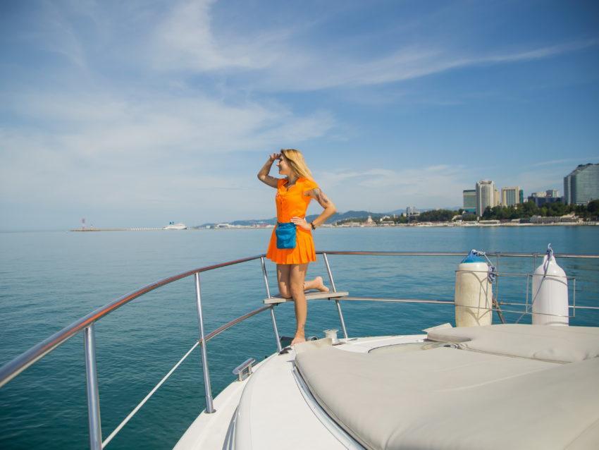 Девушка отдыхает на яхте