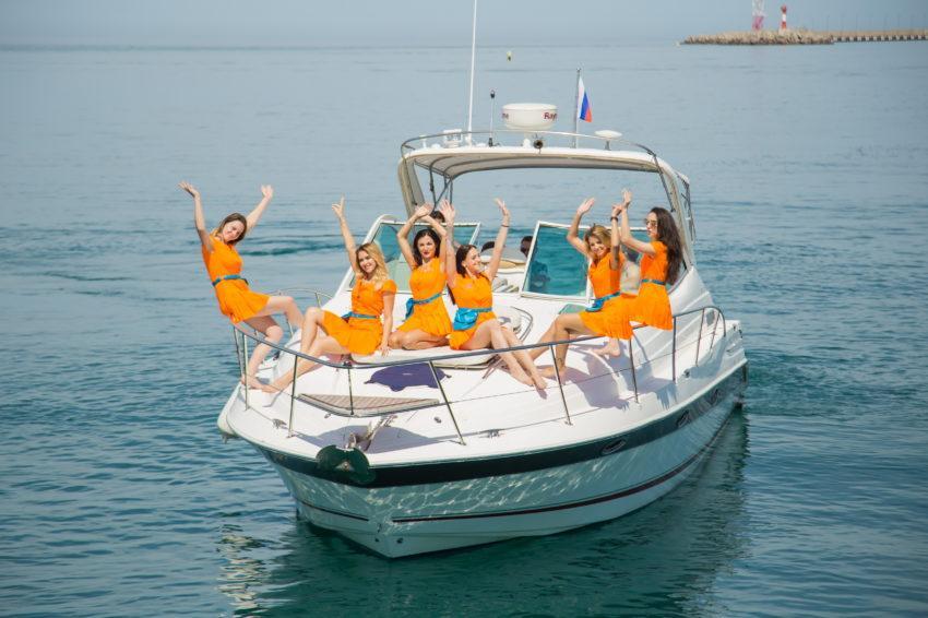 Девушки на катере