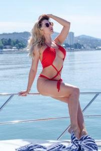 Красивая девушка на яхте в купальнике