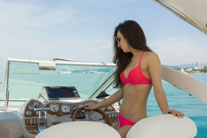 Девушка за штурвалом яхты