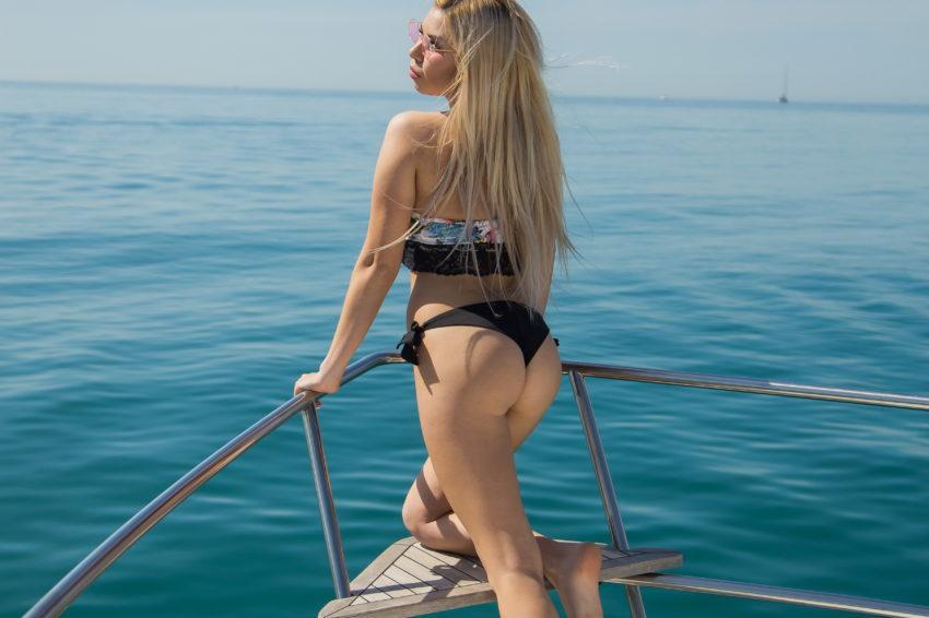 Девушка с шикарной попкой на яхте