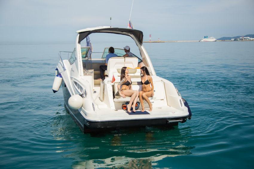 Девушки катаются на катере