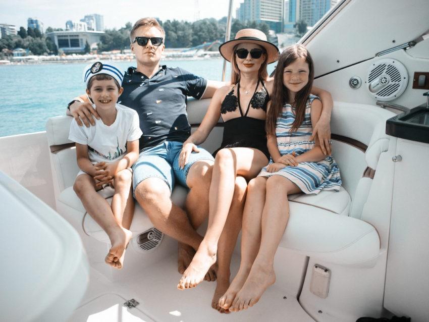 Семья на яхте в Сочи