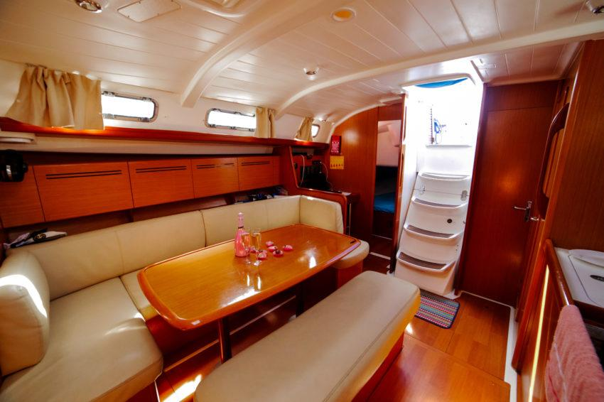 Парусная яхта Центурион морские прогулки и экскурсии