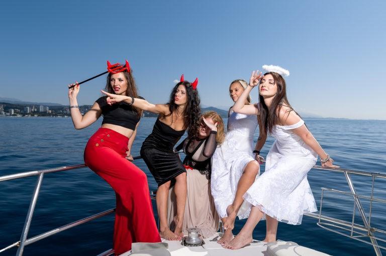 Девушки на яхте