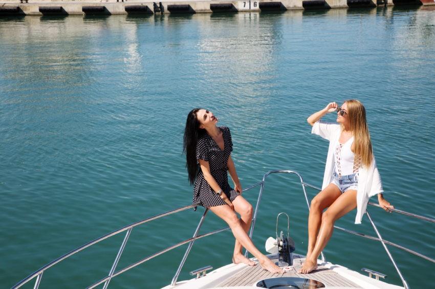 Красивые девушка на яхте