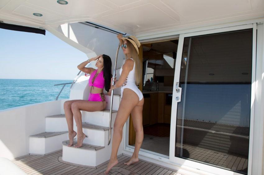 Морская прогулка девушек на яхте