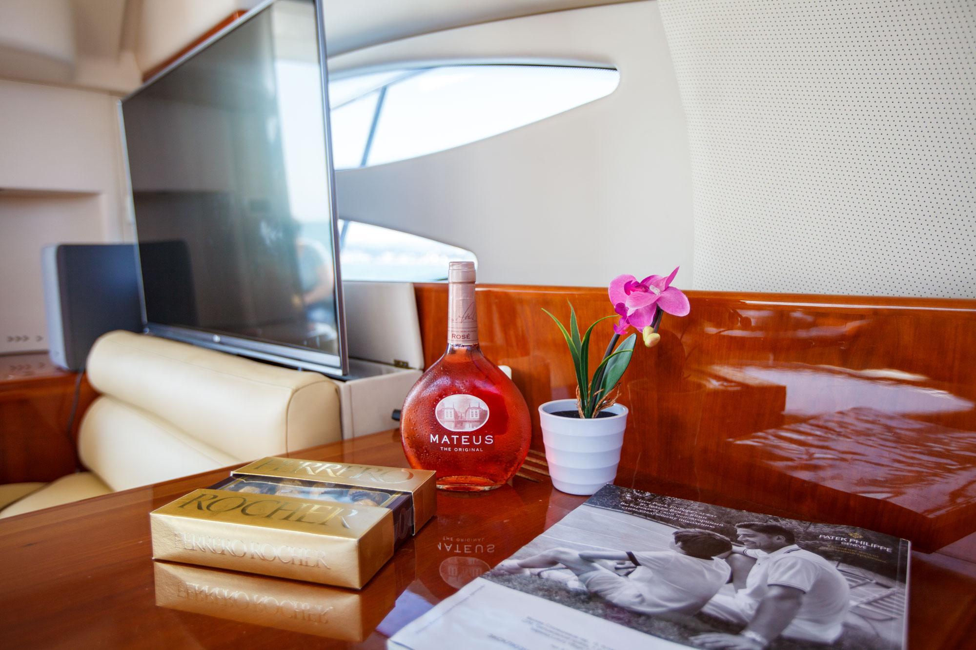 Яхта в Сочи с телевизором